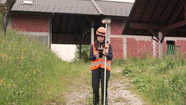 land surveyor measuring the land - surveyor stock videos & royalty-free footage