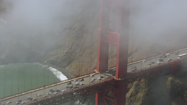 ws td aerial pov land vehicles moving on golden gate bridge / san francisco, california, unites states - 24コマ撮影点の映像素材/bロール