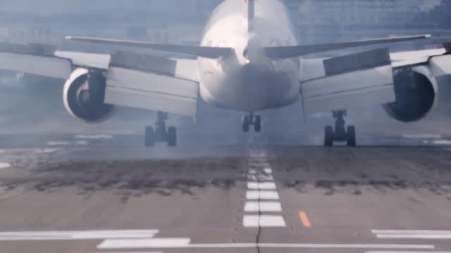 vidéos et rushes de landed airplane on airplane runway - roue