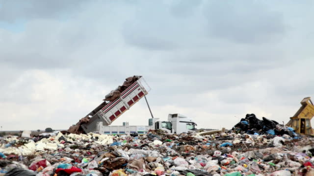 vidéos et rushes de lieu d'enfouissement des déchets, camion-benne - camion poubelles