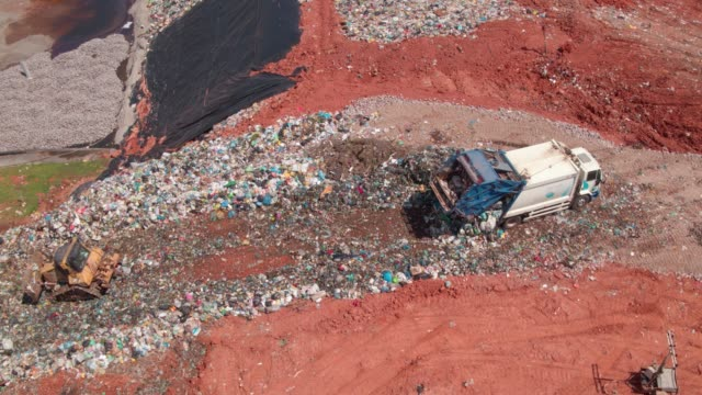 vídeos de stock e filmes b-roll de landfill - camião basculante