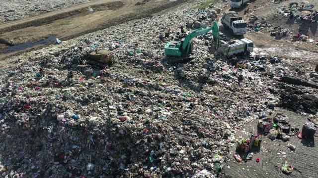 stockvideo's en b-roll-footage met stortplaats met vuilniswagen verwijderde prullenbak, luchtfoto - afvalcontainer container