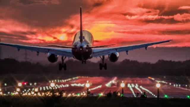 landeflugzeug bei sonnenuntergang - landen stock-videos und b-roll-filmmaterial