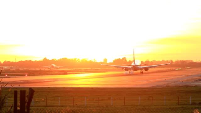 """vídeos y material grabado en eventos de stock de aterrizaje avión durante puesta del sol - barcelona """"aeroport de el prat"""" - anochecer"""