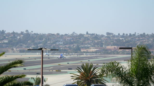 Landing airplane in California 4K