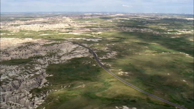 バッドランズに着陸するヘリコプター-航空写真-サウスダコタ、ジャクソンカウンティー、アメリカ合衆国 - バッドランズ国立公園点の映像素材/bロール