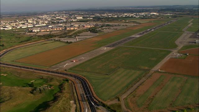 vídeos de stock, filmes e b-roll de o pouso no aeroporto de lyon-bron vista aérea-ródano-alpes, rhône, arrondissement de lyon, frança - rhône alpes