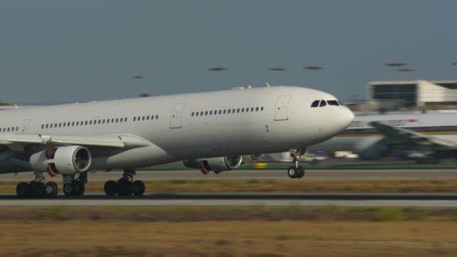 landing at lax - airbus stock-videos und b-roll-filmmaterial