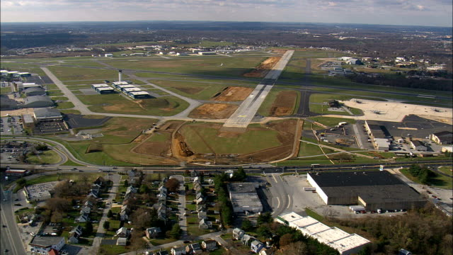 stockvideo's en b-roll-footage met landing op newcastle airport, delaware - luchtfoto - delaware, new castle county, verenigde staten - newcastle upon tyne