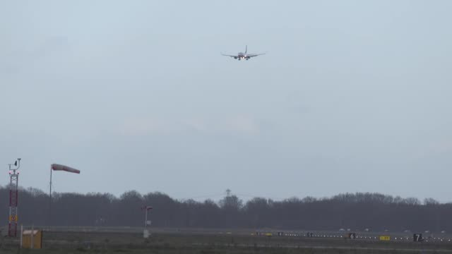 landing of a boeing 737800 with crosswinds up to 100km/h in eindhoven ein eheh airport in the netherlands the flight is a ryanair flight coming from... - boeing 737 stock-videos und b-roll-filmmaterial