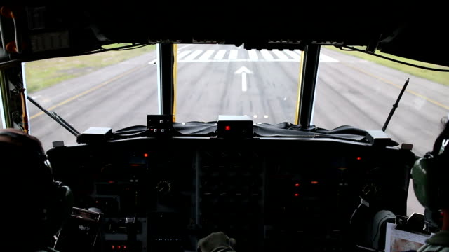 landing of a hercules aircraft, filmed from the cockpit. - aereo militare video stock e b–roll