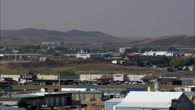 vídeos de stock, filmes e b-roll de desembarque no heliporto no aeroporto de rawlins-vista aérea-wyoming, condado de carbono, estados unidos - orgasmo