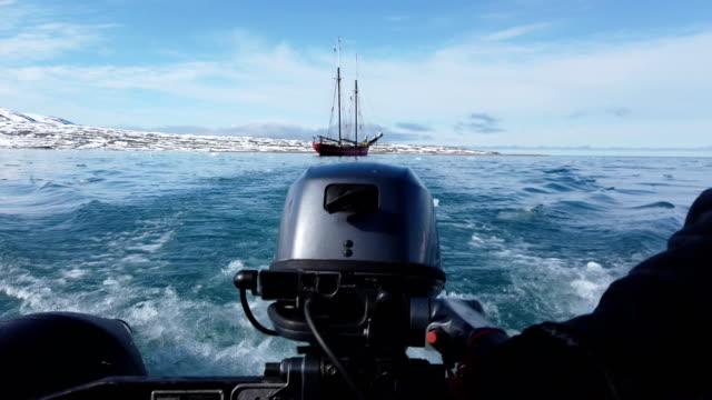 stockvideo's en b-roll-footage met landing op vogelsang, spitsbergen; landing op vogelsang, spitsbergen - passagiersboot