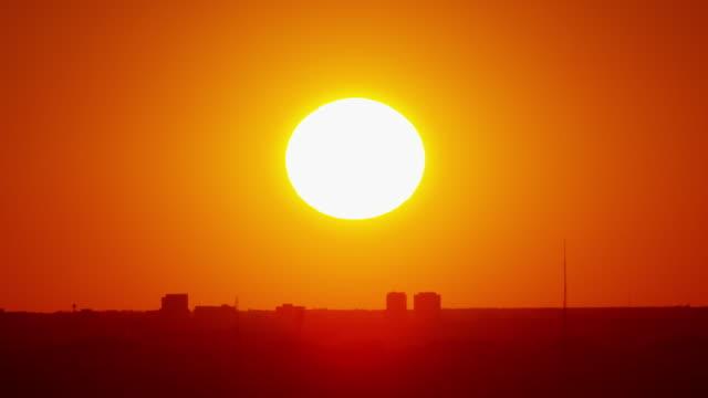 landing plane at sunset chicago city metropolitan airport - temperatur stock-videos und b-roll-filmmaterial