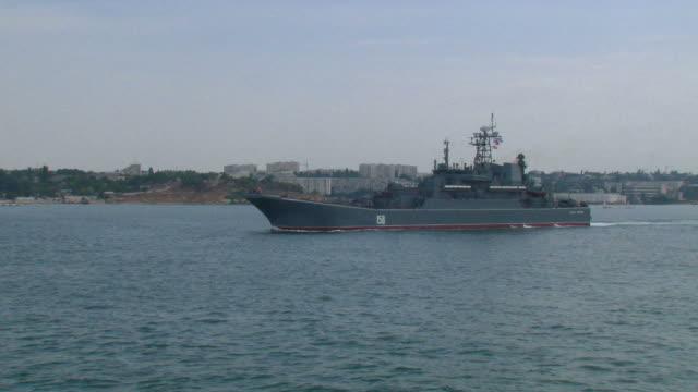 docklandungsschiff - konvoi stock-videos und b-roll-filmmaterial