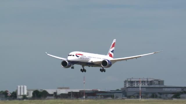 vídeos de stock, filmes e b-roll de landing shot of a british airways dreamliner boeing 787 at heathrow as it arrives after its inaugural flight. - boeing 787