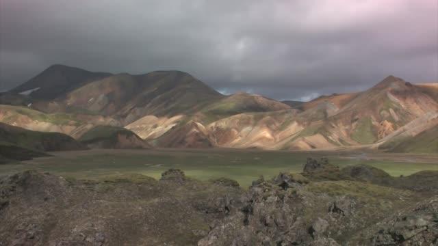 vídeos de stock, filmes e b-roll de landmannalaugar painted hills. - islândia central