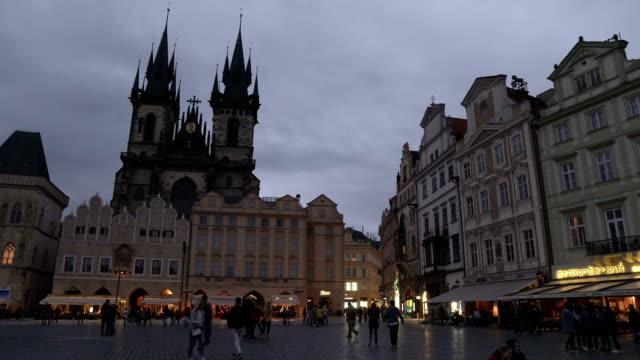 stockvideo's en b-roll-footage met landmark op old square is de gotische kerk van onze-lieve-vrouw voor týn in praag 's avonds, tsjechische republiek - tsjechische cultuur