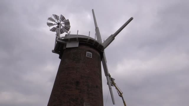 a landmark mill on the norfolk broads has had new sails fitted as part of a national trust restoration project the four old sails which were pretty... - horsey england bildbanksvideor och videomaterial från bakom kulisserna