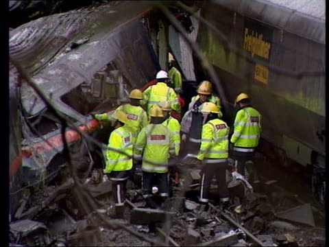 stockvideo's en b-roll-footage met landrover driver gary hart yorkshire nr selby great heck tlms rescue workers at site of crash between high speed passenger train and freight train... - gary w. hart
