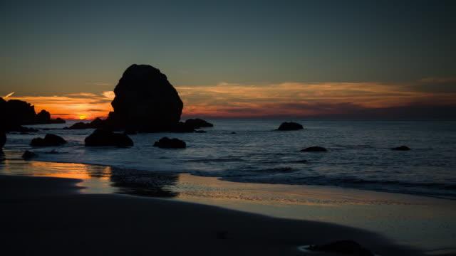 vídeos de stock, filmes e b-roll de lands end beach - coluna de calcário marítimo