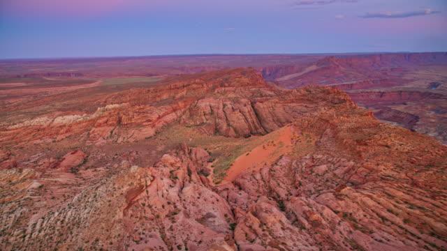 夕暮れ時のグランドキャニオン沿いの空中風景 - grand canyon national park点の映像素材/bロール