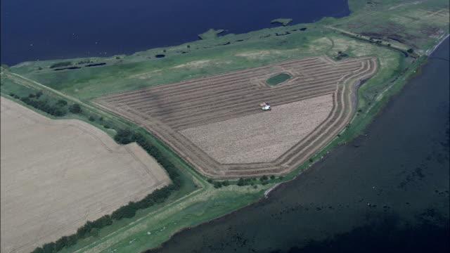 landschaft und der küste etwa errindlev-luftaufnahme-neuseeland, lolland koehler, dänemark - kommune stock-videos und b-roll-filmmaterial