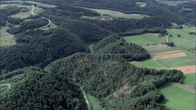 landschaft um blaubeuren-luftaufnahme-baden-württemberg, hubschrauber beim filmen, antenne video cineflex, eröffnungsszene, deutschland - baumgruppe stock-videos und b-roll-filmmaterial