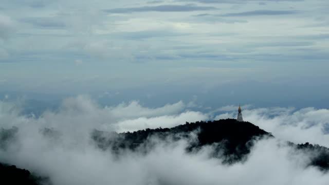 Landschaft im Nebel, Berge im Hintergrund