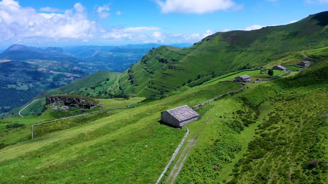 vídeos de stock, filmes e b-roll de landscape from a drone in portillo de la sia. mowing meadows, pasiegas cabins and beech forests. community of cantabria. spain.europe - ecoturismo
