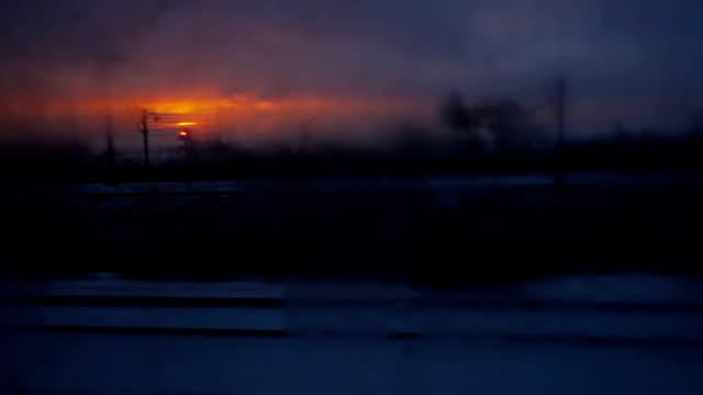vidéos et rushes de paysage de la fenêtre du train - crépuscule