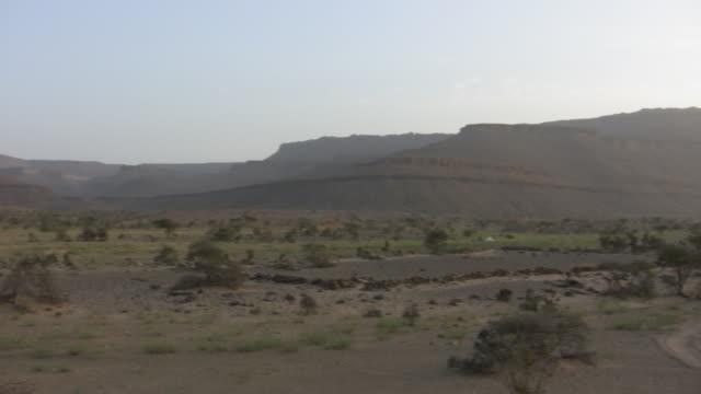ws pan landscape in desert / atar, adrar, mauritania - モーリタニア点の映像素材/bロール