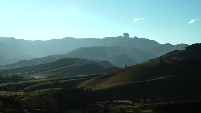 vídeos de stock, filmes e b-roll de landscape in mantiqueira mountains with bau rock on the background - cordilheira