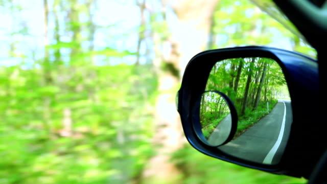 vidéos et rushes de paysage dans le miroir sideview de clés de voiture - vue latérale