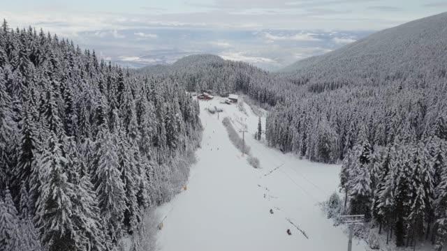息をのむような山脈の風景と人々がウィンタースポーツを楽しんでいるスキー場 - winter点の映像素材/bロール