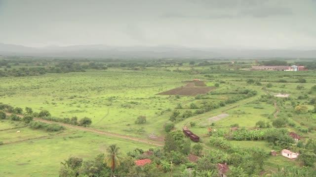 landscape of cuba on cloudy day - ヤシ点の映像素材/bロール