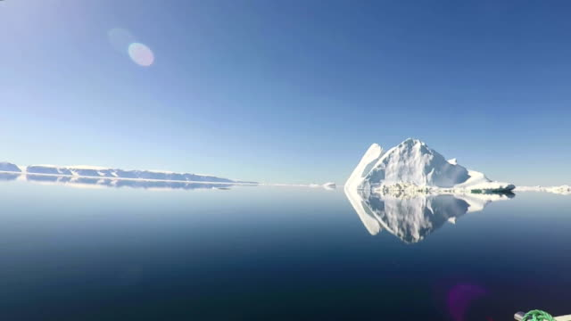 landscape of glacier and icebergs in arctic ocean, north pole in summer - 氷山点の映像素材/bロール