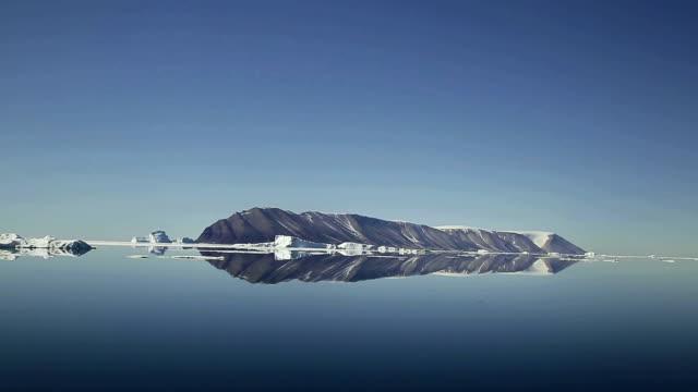 vidéos et rushes de landscape of glacier and icebergs in arctic ocean, north pole in summer - iceberg bloc de glace