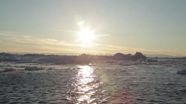 vidéos et rushes de landscape of glacier and icebergs in greenland - iceberg bloc de glace