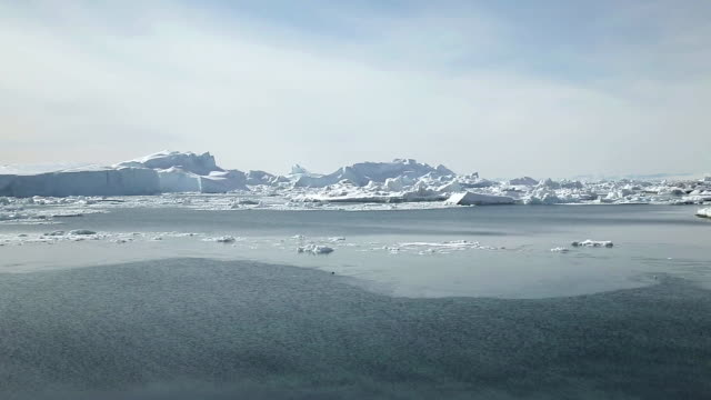 vidéos et rushes de landscape of glacier and icebergs in ilulissat, greenland - iceberg bloc de glace