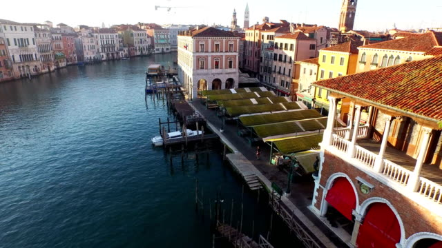 landscape of grand canal and fish market - italienische kultur stock-videos und b-roll-filmmaterial