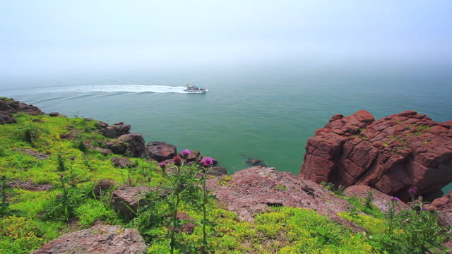 vídeos de stock e filmes b-roll de ws ha landscape of hill and ship is passing by sea / incheon, south korea - 50 segundos ou mais