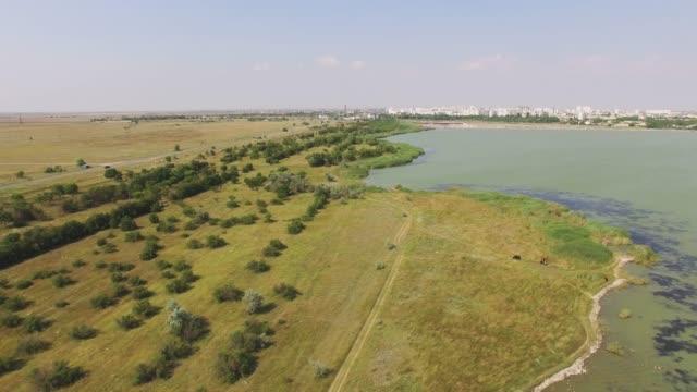 antenn: landskap av sjö nära staden - uppdämt vatten bildbanksvideor och videomaterial från bakom kulisserna