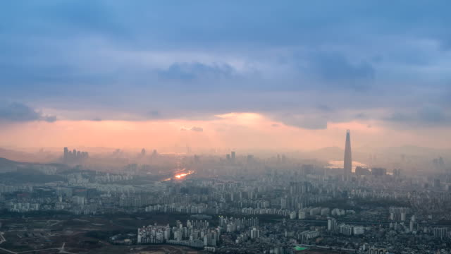 vídeos de stock e filmes b-roll de landscape of lotte world tower (the tallest building in korea) and city on cloudy days in seoul - anoitecer