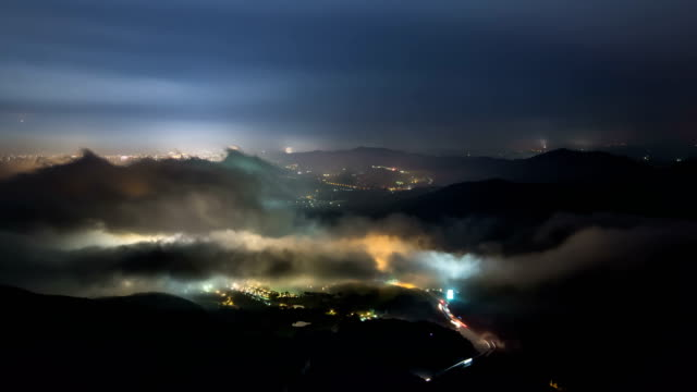 landscape of misiryeong cloud sea at mt. seoraksan (national park) at night - dorf stock-videos und b-roll-filmmaterial