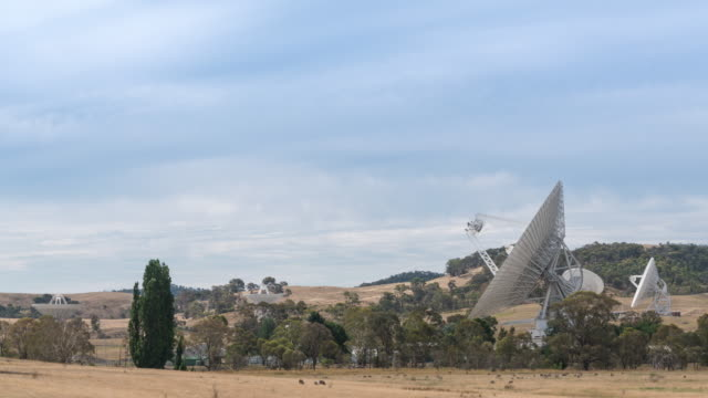 vidéos et rushes de landscape of moving nasa's wide radio telescope on the field in canberra, australia - zone boisée