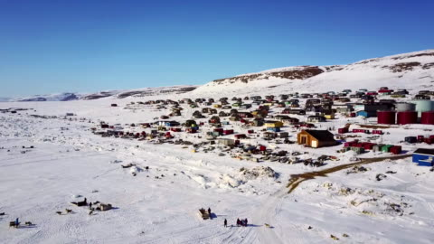 vídeos de stock e filmes b-roll de landscape of qaanaaq village in greenland - ártico