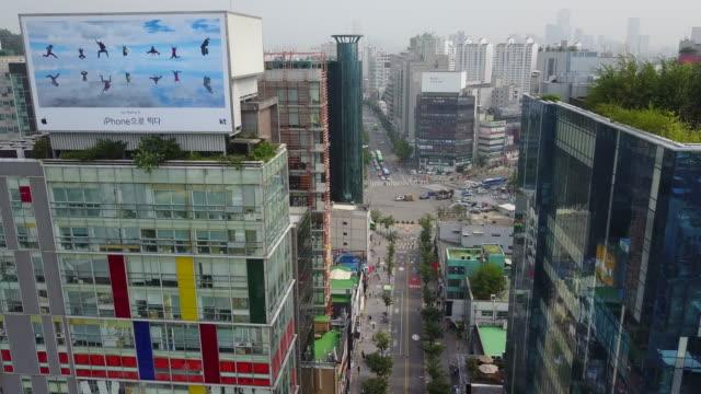 landscape of sinchon culture street (famous tourist spot) in seoul, south korea - straßenschild stock-videos und b-roll-filmmaterial
