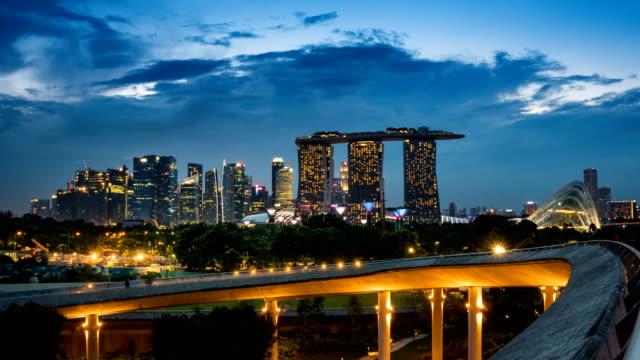 TL D2N landschap van de financiële wijk van Singapore en de zakelijke gebouw in avond lichten van het groene dak op Marina Barrage