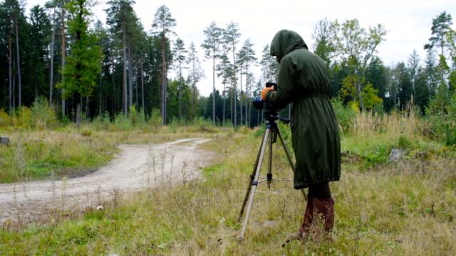 vídeos de stock e filmes b-roll de landscape photo taking - câmara fotográfica